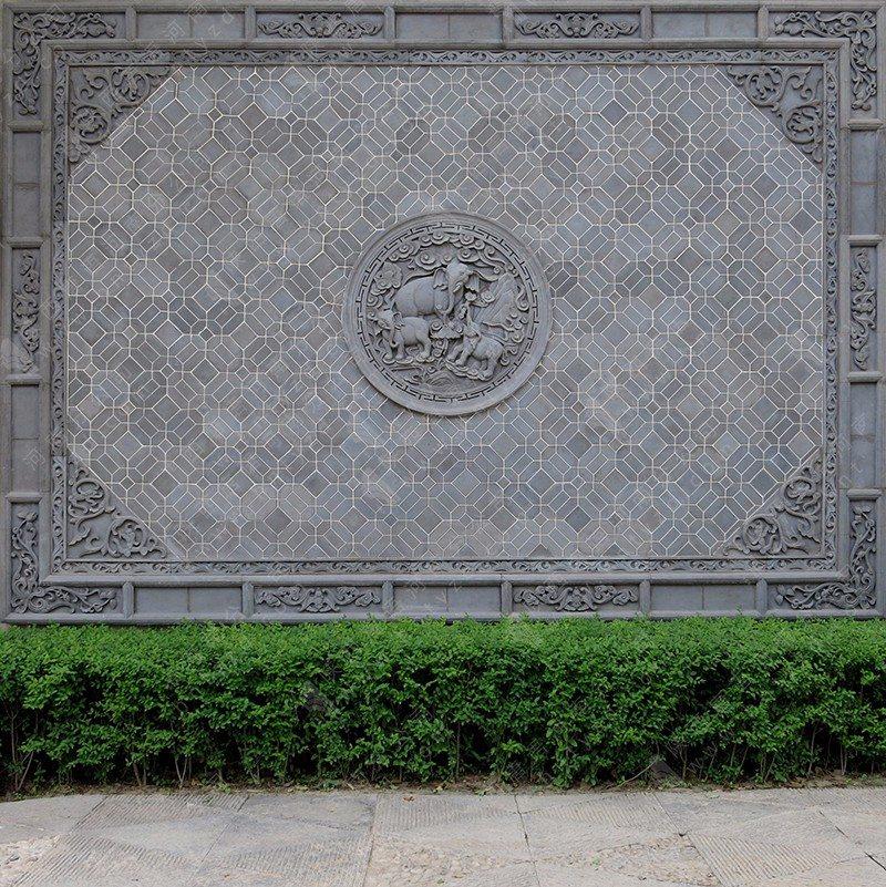 我行走在开封的街巷胡同,除了看到老房子、四合院外,慢慢有一个新发现,就是那些和老建筑既融为一体又独立存在的砖雕影壁墙。在开封,现存的有较大影响力的影壁墙有两处:一处是山陕甘会馆的影壁墙;一处是文殊寺的砖雕影壁墙。这两处有个共同特点都是外影壁,且高大、威严,装饰华丽。 在古建筑中,影壁墙的种类很多,有内影壁、外影壁、撇山影壁、八字影壁还有座山影壁。内影壁就是正对大门内侧的影壁;外影壁就是正对大门外侧的影壁;撇山影壁就是在大门两侧和大门连成一个整体的影壁;八字影壁就更好解释,就是把影壁墙分成三段,中间的一段